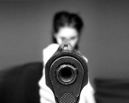 mujer-apuntando-arma.jpg