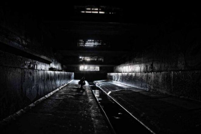 Un-tunel-de-trenes-oscuro-con-una-luz-al-final.jpg
