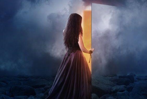 mujer-abriendo-puerta.jpg