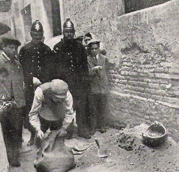 17-buscando-restos-humanos-en-la-casa-de-la-calle-picalquc3a9s.jpg