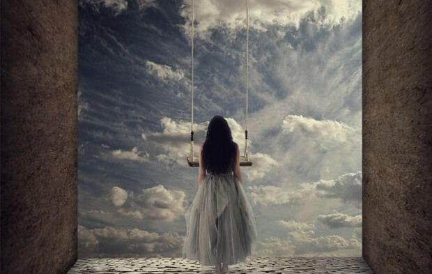 mujer-mirando-las-puertas-del-cielo-pensando-en-el-peso-de-ser-indepediente.jpg
