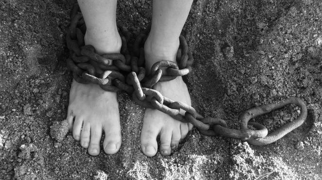 Chibimundo-pies-con-cadenas-encadenada.jpg
