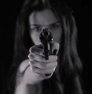 mujer con pistola.jpg
